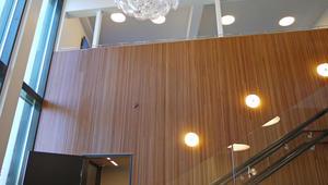 Diagonalveggen i det store rommet, kledd med verneverdig oregon pine panel.