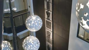 Glasshall med glasskunst