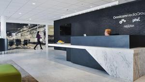 Omnicon resepsjon med spesialdesignet resepsjonsdisk i marmor og corian, oval kaffestasjon