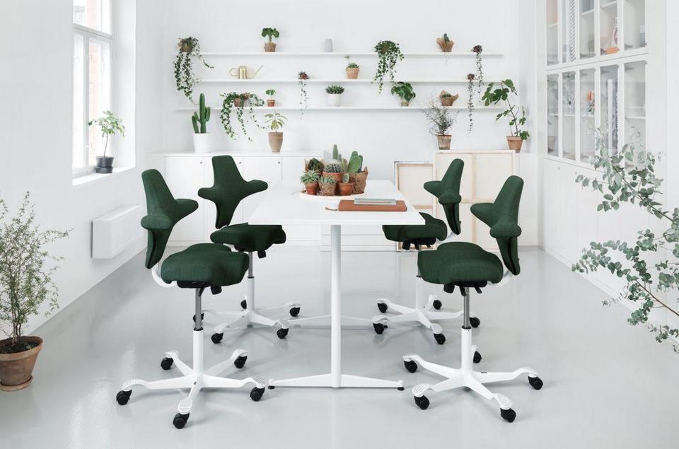 Møbeldesigner MNIL Peter Opsvik har tegnet Norges mest bærekraftige stol