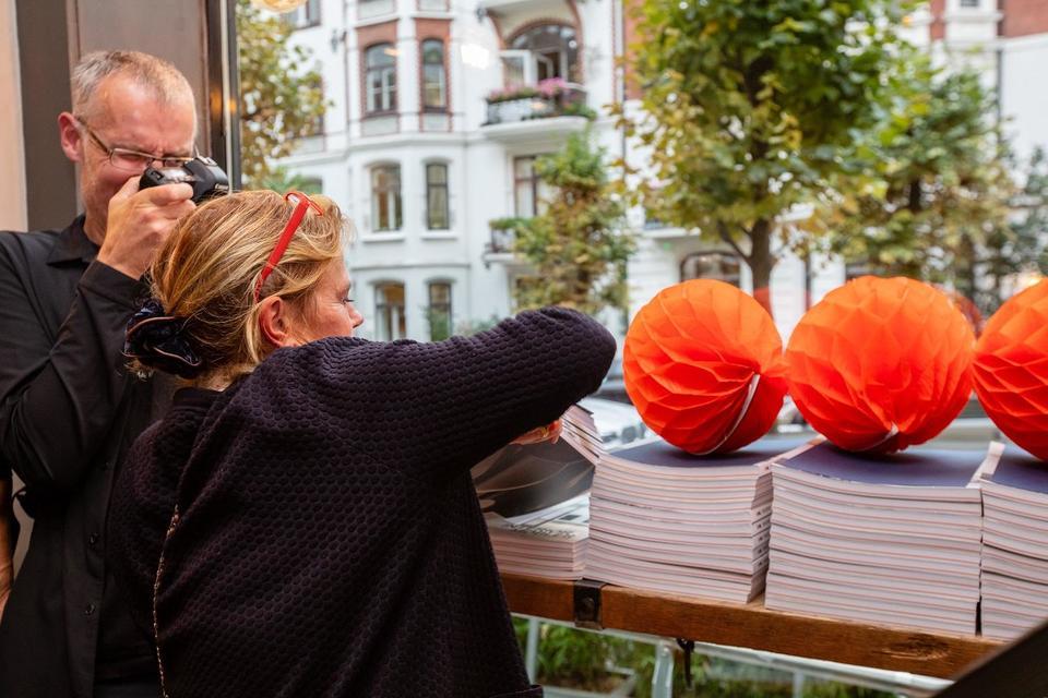Redaktør og grafisk designer bistår i utdelingen av årbøker. Alle foto: Petter Abrahamsen