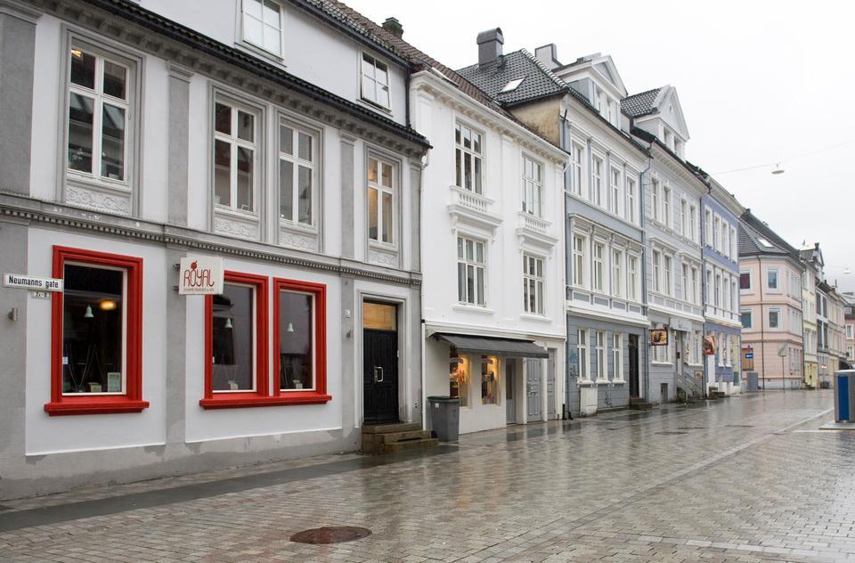 Neumannsgate i Bergen. Redigert av +Ultra for å vise hvordan farger kan endre gatemiljøet, publisert i BA. Foto: Magne Turøy