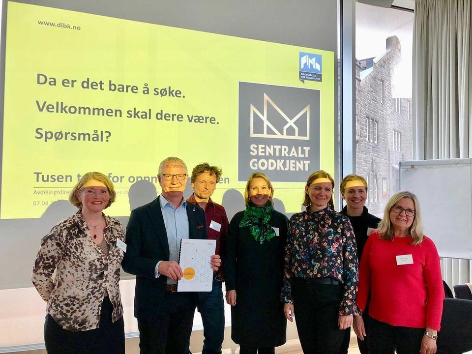 Direktør for sentral godkjenning i DiBK, Steinar Andersen sammen med daglig leder og styret i NIL